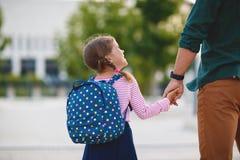 pierwszy dzień szkoły ojców prowadzeń małego dziecka szkoły dziewczyna w f Fotografia Stock