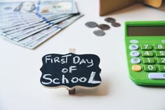 Pierwszy dzień szkolni koszty zdjęcie stock