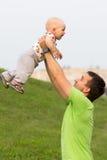 Pierwszy Krok chłopiec z ojcem w parku Wokoło zielonej trawy drzew w lecie i Obraz Stock