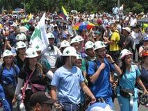 Pierwszy odpowiadający znać jak biel helmed podczas magistrali, zieleni krzyże protestują w Caracas Wenezuela Zdjęcie Stock