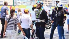 Pierwszy odpowiadający znać jak biel helmed, zieleni krzyże biorą opiekę protestujący podczas magistrala protesta przeciw Nicolas zdjęcie wideo
