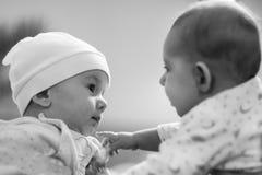 Pierwszy przyjaciel dziecko Dwa dziecka są bardzo zainteresowani w each inny learn obraz royalty free