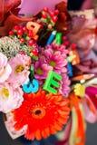 Pierwszy stopnia szkoły dzieciaki z kwiatu bukietem świętują ich pierwszy dzień powszedniego przed iść klasami Zdjęcia Stock