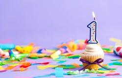 Pierwszy urodzinowy świętowanie temat z babeczki świeczką Zdjęcia Stock