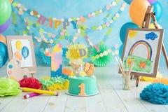 Pierwszy urodzinowy roztrzaskanie tort ?wi?teczna t?o dekoracja dla urodziny z tortem, Tortowego roztrzaskania roku pierwszy poj? obrazy royalty free