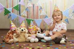 Pierwszy urodziny zabawki przyjęcie z pluszowymi przyjaciółmi Zdjęcia Stock
