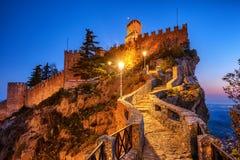 Pierwszy wierza San Marino przy nocą obrazy royalty free