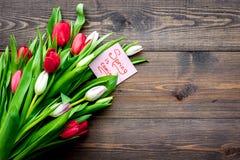 pierwszy wiosenny kwiat Bukiet kolorowi tulipany blisko wiosny przychodzi notatkę na ciemnej drewnianej tło odgórnego widoku kopi Zdjęcie Stock