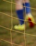 Pies abstractos del jugador de la red del fútbol de la falta de definición Imagen de archivo libre de regalías