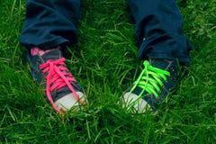 Pies adolescentes en zapatillas de deporte Imagenes de archivo