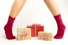 Pies atractivos de la mujer de Papá Noel Concepto de las compras de la Navidad Caja de regalo de Navidad Fotografía de archivo libre de regalías