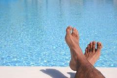 Pies azules de la piscina Fotos de archivo