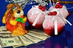 Pies chroni pieniądze, wiernego i czujnego zwierzęcia symbol rok Pies jest antycznym zwierzęciem domowym, uosabia wysoka jakość: zdjęcie royalty free