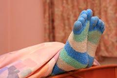 Pies con los calcetines rayados Foto de archivo libre de regalías