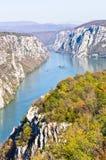 2000 pies de acantilados verticales sobre el río Danubio en la garganta de Djerdap y el parque nacional Fotografía de archivo