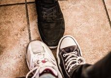3 pies de 3 amigos, tiro de los zapatos Imagen de archivo