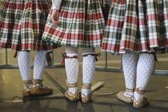 Pies de bailarines de las muchachas del grupo etnográfico imagenes de archivo