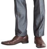 Pies de Businessmans en abarcas marrones Imagen de archivo libre de regalías