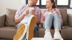 Pies de café de consumición de los pares en casa en la tabla metrajes