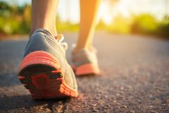 Pies de caminar y del ejercicio de la mujer en el camino imagenes de archivo