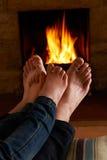 Pies de And Child Warming del padre por el fuego Fotografía de archivo