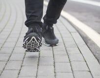 Pies de gente que camina en el pavimento en invierno Fotografía de archivo libre de regalías
