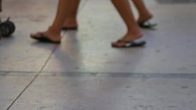 Pies de gente que camina a lo largo de la acera almacen de metraje de vídeo