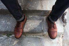 Pies de hombres en vaqueros del orillo y zapatos retros Fotos de archivo