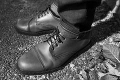 Pies de hombres en vaqueros del orillo y zapatos retros Imagen de archivo