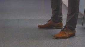 Pies de hombres en zapatos marrones almacen de metraje de vídeo