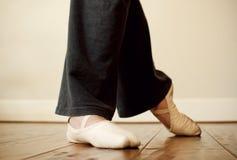 Pies de la bailarina durante práctica Imágenes de archivo libres de regalías