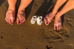 Pies de la familia en la arena imágenes de archivo libres de regalías