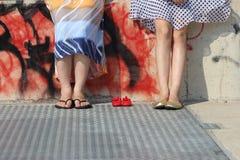 Pies de la mamá + de la hermana + del bebé Imagenes de archivo