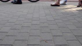 Pies de la muchedumbre del concepto con el primer de los zapatos Gente anónima que camina en la calle metrajes