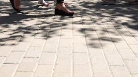Pies de la muchedumbre del concepto con el primer de los zapatos Gente anónima que camina en la calle almacen de metraje de vídeo