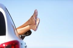 Pies de la mujer de la diversión de las vacaciones del viaje por carretera del coche del verano hacia fuera Fotos de archivo