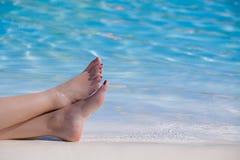 Pies de la mujer en la piscina Fotografía de archivo libre de regalías