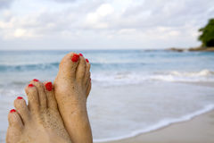 Pies de la mujer en la playa Fotografía de archivo libre de regalías