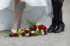 Pies de la novia y del novio Imágenes de archivo libres de regalías