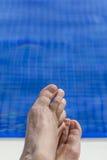 Pies de la piscina Fotos de archivo libres de regalías