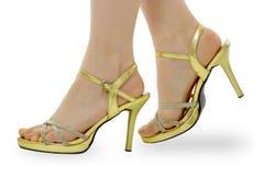 Pies de las mujeres en zapatos del verano Foto de archivo