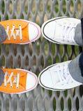 Pies de los adolescentes del primer en zapatillas de deporte Fotos de archivo libres de regalías