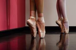 Pies de los bailarines de ballet imagenes de archivo