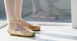 Pies de los bailarines de ballet que realizan danza del ballet almacen de video