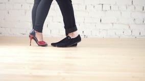 Pies de los bailarines - el par de la familia está bailando kizomba en estudio almacen de metraje de vídeo