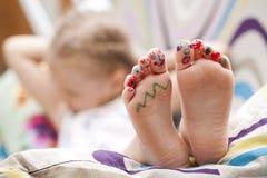 Pies de los fingeres de los niños pintados Imagen de archivo