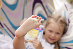 Pies de los fingeres de los niños pintados Fotografía de archivo libre de regalías