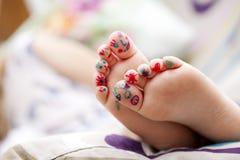 Pies de los fingeres de los niños pintados Foto de archivo libre de regalías