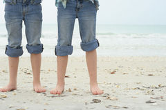 Pies de los niños en la playa fotos de archivo libres de regalías