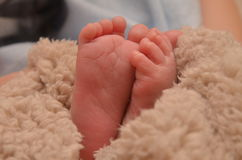 Pies de los niños en primer de la cama Fotografía de archivo libre de regalías
